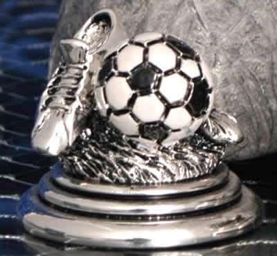 Подарок папе. Футбольный трофей с черно-белым мячом.
