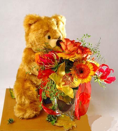 Этикет подарка. Мишка с цветами.