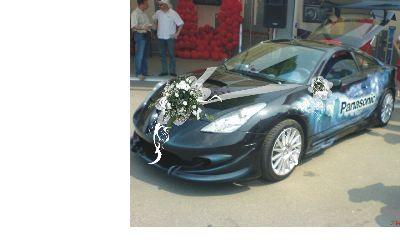 Подготовка к свадьбе. Жених готовит машину.